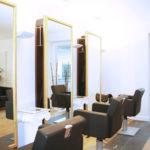Friseurstühle und Spiegel